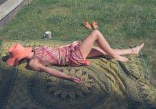 说谎在草的少妇外面 免版税图库摄影