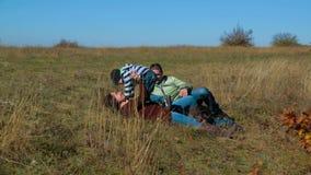 说谎在草的愉快的家庭在秋天草甸 股票录像