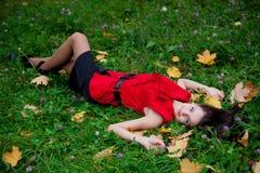 一件红色女衬衫的美丽的女孩 图库摄影