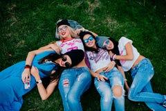 4说谎在草的美丽的女孩 免版税库存照片