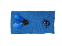 说谎在蓝色海滩毛巾的潜航的设备顶视图照片 免版税库存照片