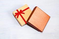 说谎在蓝色背景的包装的礼物的礼物盒 库存图片