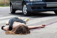 说谎在街道上的死的妇女 免版税图库摄影