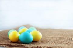 说谎在袋装的色的鸡蛋 复活节快乐的概念 库存照片