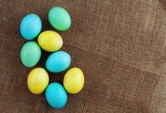 说谎在袋装的色的鸡蛋 顶视图 一ha的概念 免版税库存图片