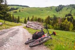 说谎在路的自行车 库存照片