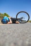说谎在路的骑自行车者在事故以后 库存照片