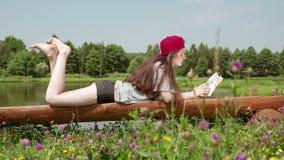 说谎在长凳和读书3的女孩 股票视频