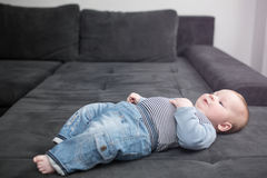说谎在长沙发的小婴孩 库存图片