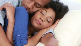 说谎在长沙发的有吸引力的夫妇拥抱 影视素材