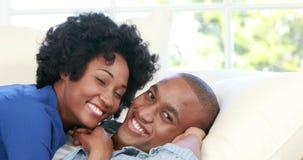说谎在长沙发的有吸引力的夫妇拥抱 股票视频