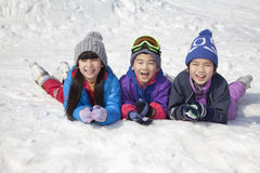 说谎在雪使用的孩子 免版税库存照片