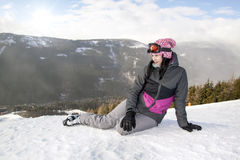 说谎在雪的女孩滑雪者,不用滑雪,山 库存图片