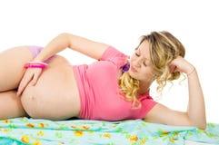 说谎在织品的美丽的孕妇 库存照片