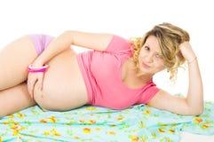 说谎在织品的苗条孕妇 图库摄影