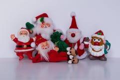 说谎在他的与先生的边的圣诞老人 在右边的土豆头圣诞老人 库存照片