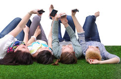 说谎在绿草的四个少妇 图库摄影