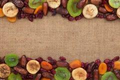 说谎在麻袋布的干果子混合物  免版税库存照片