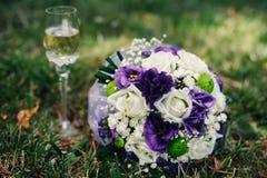 说谎桃红色和的白玫瑰婚礼花束  免版税库存照片