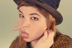 说谎的女孩流浪者 免版税库存照片