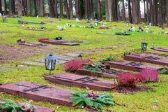 说谎的红色花岗岩墓石 免版税库存照片