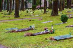 说谎的红色花岗岩墓石 库存图片