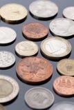 说谎黑表面上的硬币 免版税库存照片