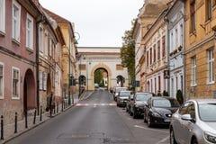 谢伊门Poarta Schei,包括三曲拱,站立在门户Schei街斯特拉达布拉索夫的Poarta Schei上 库存图片