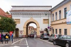 谢伊门Poarta Schei,包括三曲拱,站立在门户Schei街斯特拉达布拉索夫的Poarta Schei上 免版税库存图片