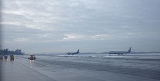 谢列梅机场 飞机为起飞做准备 库存图片