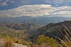谢尔内华达在一朵蓝天一大灰色云彩下的山风景 免版税库存照片