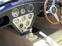 谢尔比眼镜蛇驾驶舱仪表板控制 免版税库存图片