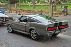 谢尔比1967年野马经典汽车模型GT500在街道-看法上停放了从后面 库存照片