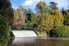 谢菲尔德公园, SUSSEX/UK - 11月3日:桥梁和测流堰在Shef 库存图片