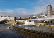 谢菲尔德捆正方形,与大喷泉的一个银行营业厅在火车站附近 库存照片
