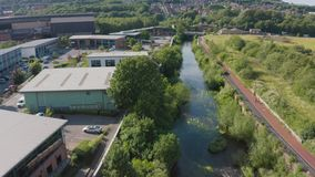 谢菲尔德,英国- 2019年6月20日:4K沿河唐的空中英尺长度在谢菲尔德,南约克郡,夏天2019年 股票视频