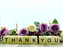 谢谢措辞与人为玫瑰花装饰的木块 免版税图库摄影