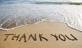 谢谢措辞画在海滩沙子 免版税图库摄影