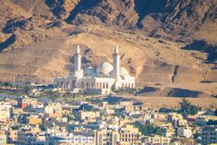 谢赫扎耶德清真寺和亚喀巴,约旦的看法  免版税库存照片