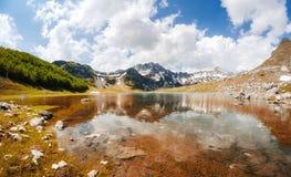 谷上流的Mountain湖在黑山 免版税库存图片