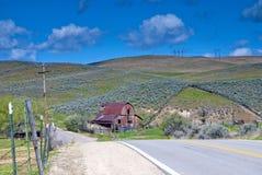 谷仓在路附近的国家(地区)范围 库存照片