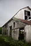 谷仓抨击了老屋顶生锈的被风化的风 库存图片