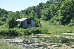 谷仓更加接近的老池塘 免版税库存图片