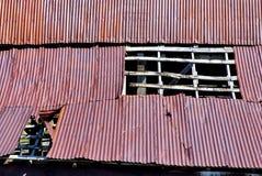 谷仓金属屋顶生锈了 免版税图库摄影