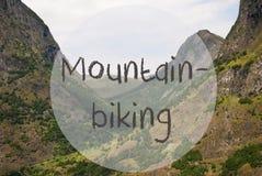 谷和山,挪威,文本Mountainbiking 免版税图库摄影