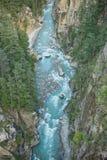 谷喜马拉雅山山的河 图库摄影