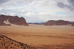 谷在有沙丘和山的西奈沙漠 免版税图库摄影