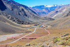 谷在Mendoza,阿根廷附近的安地斯 库存照片