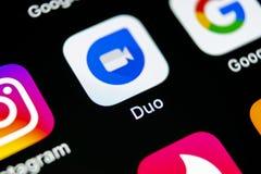 谷歌二重奏在苹果计算机iPhone x智能手机屏幕特写镜头的应用象 谷歌二重奏app象 3d网络照片回报了社交 社会媒介象 免版税库存图片