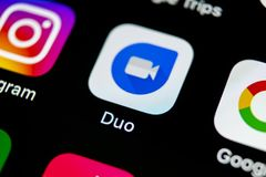 谷歌二重奏在苹果计算机iPhone x智能手机屏幕特写镜头的应用象 谷歌二重奏app象 3d网络照片回报了社交 社会媒介象 库存图片